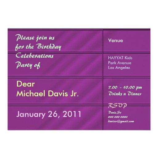 Satén púrpura rico con el texto de la muestra invitación