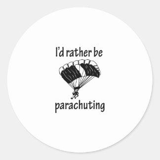 Se esté lanzando en paracaídas bastante pegatina redonda