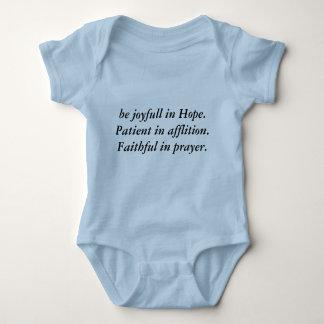 Sea alegre en paciente de la esperanza en la body para bebé
