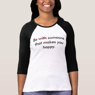 Sea alguien que le hace la 3/4 camiseta feliz