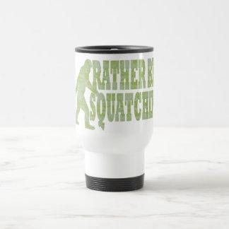 Sea bastante squatchin en camuflaje verde taza de viaje