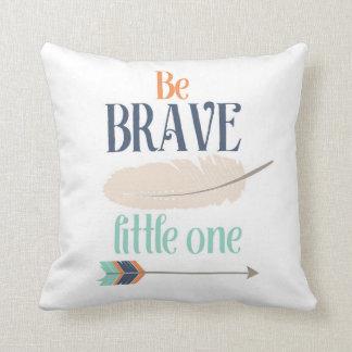 Sea pequeña una almohada de tiro valiente