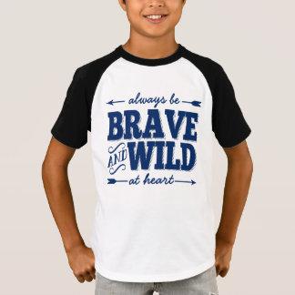 Sea siempre valiente y salvaje en la camiseta de