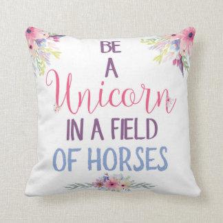 Sea un unicornio en un campo de la almohada de