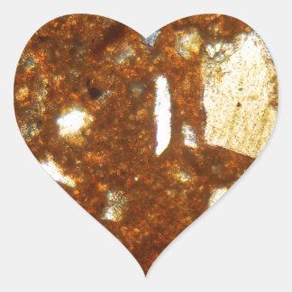 Sección fina de un ladrillo debajo del microscopio pegatina en forma de corazón