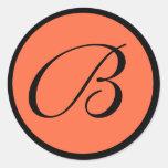 Sello con monograma anaranjado del sobre del boda pegatinas redondas