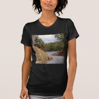 Selva tropical templada del canal de río Canadá Camisetas