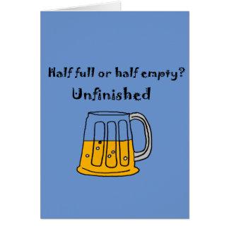 Semilleno de cristal de la taza de cerveza o tarjeta de felicitación