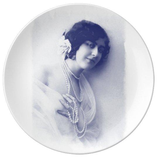 Señora azul de la perla del vintage, foto del plato de porcelana