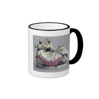 Señora con un lapdog, un hombre y un criado negro, taza de dos colores