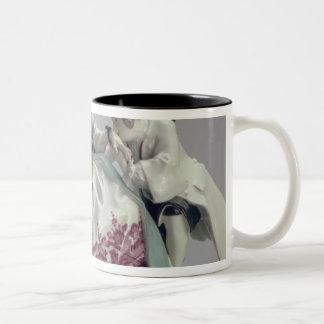 Señora con un lapdog, un hombre y un criado negro, taza de dos tonos
