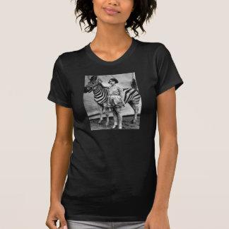 Señora del circo y camiseta tatuadas de la cebra