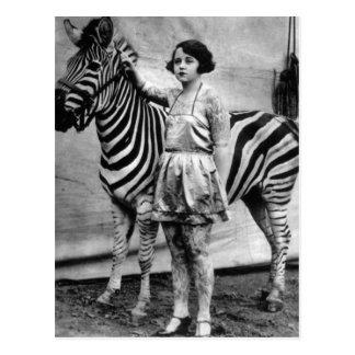 Señora del circo y postal tatuadas de la cebra