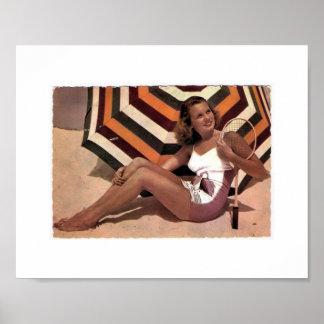 Señora del tenis del vintage en la playa póster
