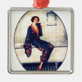 Señora del vintage en el cuarto de baño ornamentos de reyes