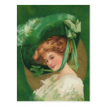 Señora del vintage en postal verde