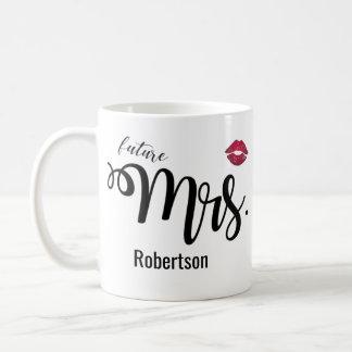 Señora (futura) con una taza de café del beso