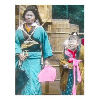 Señora japonesa y su vintage de las hijas postal