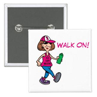 Señora mayor rosada de la cinta que camina - chapa cuadrada