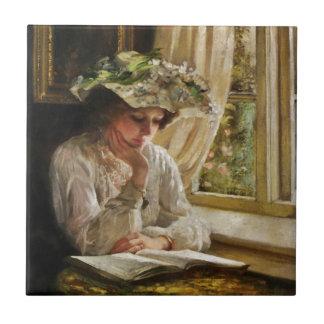 Señora Reading por una ventana Azulejo Cuadrado Pequeño