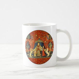 Señora y el arte medieval de la tapicería del taza de café