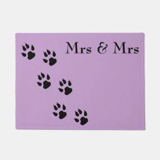 Señora y señora/pawprints