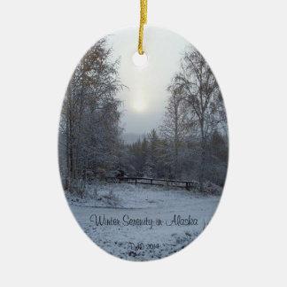Serenidad del invierno en Alaska Adorno Navideño Ovalado De Cerámica