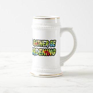 Sería bastante estampado de plores que cultiva un  taza de café