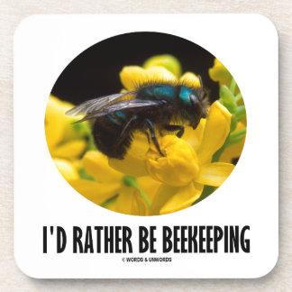 Sería bastante la apicultura (la abeja en la flor  posavasos de bebidas