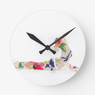 Serie floral de la actitud de la yoga de la cobra reloj redondo mediano