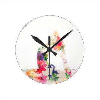 Serie floral de la actitud de la yoga reloj redondo mediano