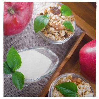 Servilleta De Tela Cereal con las nueces y pasas, yogur y manzanas