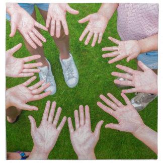 Servilleta De Tela Diez brazos de niños en círculo con las palmas de