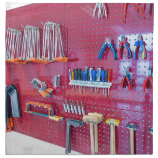 Servilleta De Tela Diversas herramientas que cuelgan en la pared en