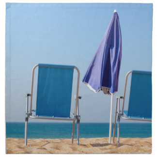 Servilleta De Tela Dos sillas y parasoles azules de playa en sea.JPG