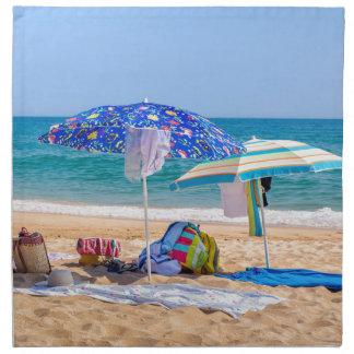 Servilleta De Tela Dos sombrillas y fuentes de la playa en sea.JPG