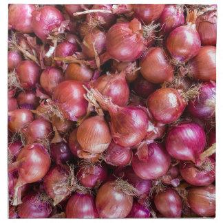 Servilleta De Tela Montón de cebollas rojas en mercado