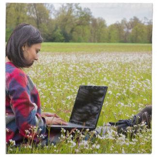 Servilleta De Tela Mujer que se sienta con el ordenador portátil en