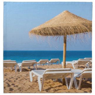Servilleta De Tela Parasol de mimbre con la playa beds.JPG