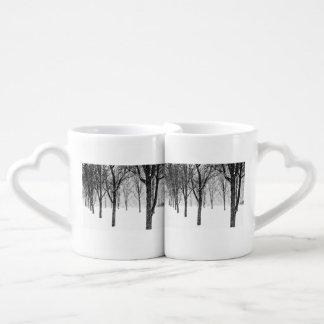 Set De Tazas De Café como echo a un lado con los árboles