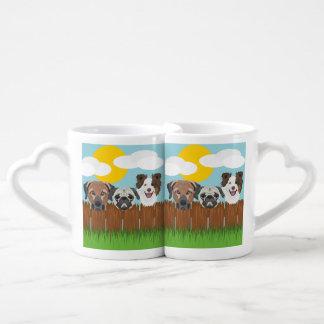 Set De Tazas De Café Perros afortunados del ilustracion en una cerca de