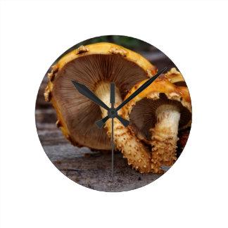Setas salvajes reloj redondo mediano