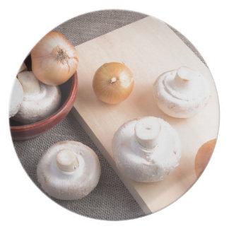 Setas y cebollas crudas del champiñón plato
