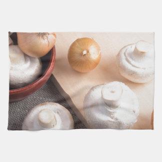 Setas y cebollas crudas del champiñón toalla
