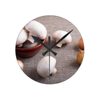 Setas y cebollas del champiñón en la tabla reloj redondo mediano