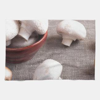 Setas y cebollas del champiñón en la tabla toallas de mano
