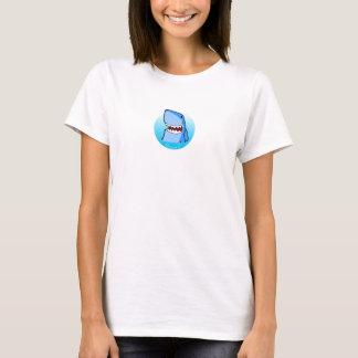 Shaaark en la camiseta blanca de una mujer del