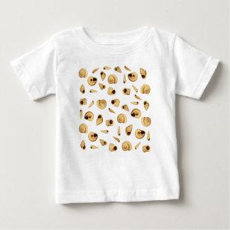 Shell modela camiseta de bebé