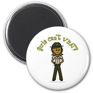 Sheriff de sexo femenino oscuro en el uniforme de  imanes de nevera