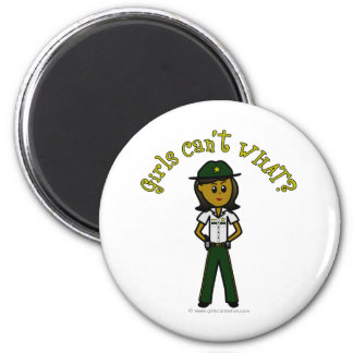 Sheriff de sexo femenino oscuro en uniforme del ve imán redondo 5 cm